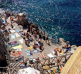 La spiaggia rocciosa di Gradola Hotel