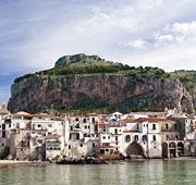 Il mare oltre lo stretto di Messina