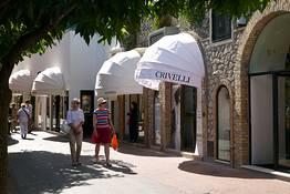 Shopping in centro e un tuffo a Marina Piccola