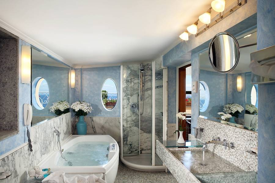 Grand hotel cocumella sorrento prenota online for 5 star bathroom designs