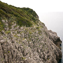 Between the rocks and the sea, on the Sentiero dei Fortini