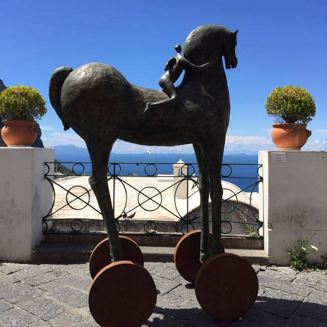 Cavallo grande in bronzo con ruote in corten
