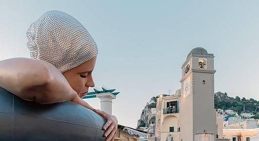 Capri, una nuotatrice in piazzetta: la scultura iperrealista conquista tutti