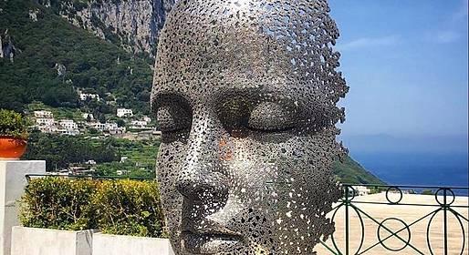 Unchained: Open air exhibition. Liquid art system organizza una mostra itinerante nei luoghi iconici di Capri