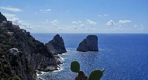 """""""Area Marina Protetta"""" La Giunta Comunale di Capri ha approvato un importante """"Progetto di utilizzo e fruizione delle Aree demaniali marittime del Comune di Capri"""" che investe soprattutto la zona che va dal Faraglione di terra a Punta di Mulo"""