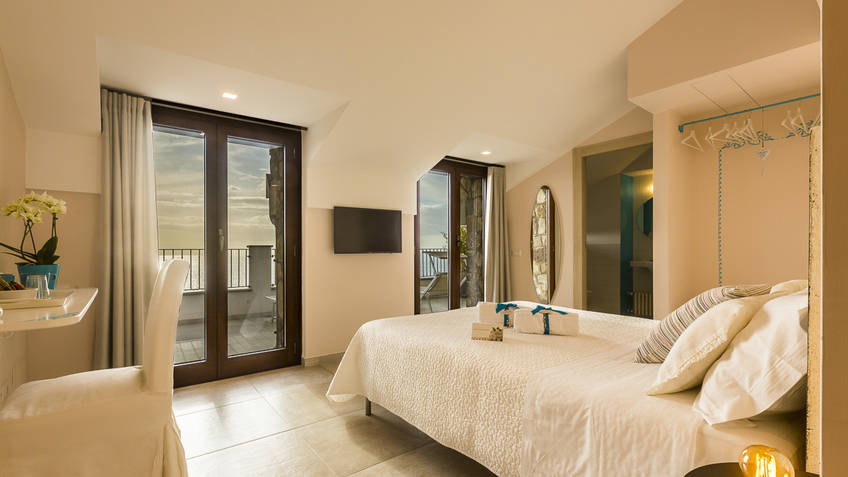 Deluxe double bedroom with balcony and sea(Ischia)