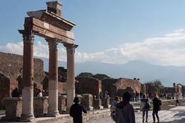 Transfer Naples/ Positano or Sorrento + Pompeii Stop