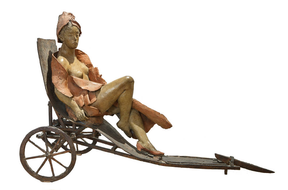 Donna seduta sul triciclo