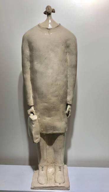 Una bambina con cartella in ceramica bianca