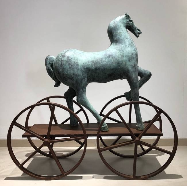 Cavallo in bronzo su carro in ferro