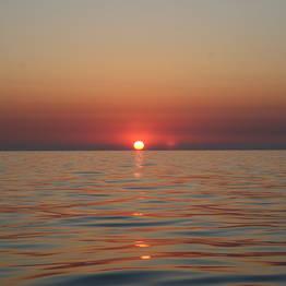 Passeio de barco romântico para ver o pôr do sol