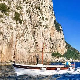Capri Relax Boats - Escursione di 4 ore in gozzo attorno all'Isola di Capri