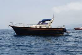 Tour privato di Capri in barca, su gozzo Aprea Mare 32