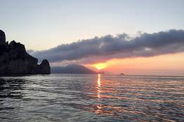Giro dell'isola di Capri in barca all'alba